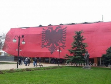 flamuri-gjigant-n-euml-tetov-euml-tmerrohen-mediat-maqedonase-ja-reagimi-i-tyre-foto_hd
