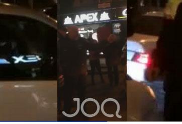 """VIDEO/ Sherr për gërvishtjen e makinës, dy të rinj shkelma e grushte te """"21 dhjetori"""""""