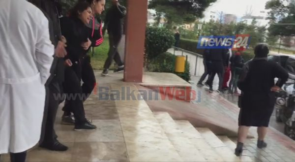 VIDEO/ I therën djalin, nëna e viktimës ulërima dhe lot në spitalin e Vlorës: Më vranë dritën e syve!