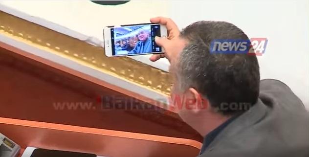 Video  Deputetët kapen  mat  në Kuvend  nga selfiet e kafet tek gjestet që të shkrijnë gazit