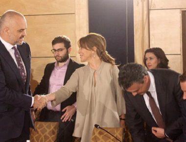 Kryeministri Edi Rama dhe deputetja e PD Majlinda Bregu, gjate dialogut te nivelit te larte, ku Komisioneri i BE per Zgjerimin dhe Politiken e Fqinjesise Stefan Fule ka deklaruar se Komisioni Europian i rekomandoi Keshillit te Ministrave te BE qe ti jape Shqiperise statusin kandidat, me ane te nje progres-raporti te detajuar, ku jepet note pozitive mbi punen e qeverise shqiptare.