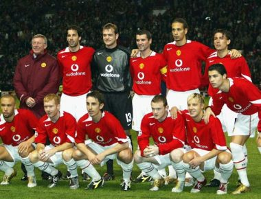 MANCHESTER, ENGLAND - NOVEMBER 23:  Alex Ferguson the manager of Manchester United joins his team line up for photographs before his 1,000th game in charge against Olympique Lyon during the UEFA Champions League Group D match between Manchester United and Olympique Lyon at Old Trafford on November 23, 2004 in Manchester, England. (Photo by Alex Livesey/Getty Images)