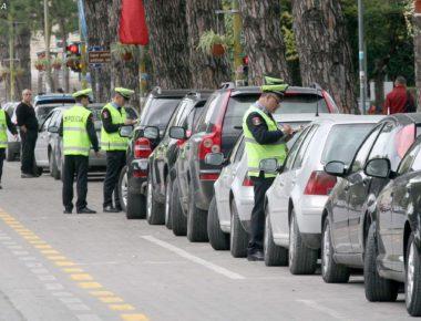 POLICIA GJOBA PER KUNDRAVAJTESIT - Oficere te Policise Rrugore, duke i vendosur gjoba makinave te parkuara pergjate bulevardit Deshmoret e Kombit, prane Kuvendit te Shqiperise.