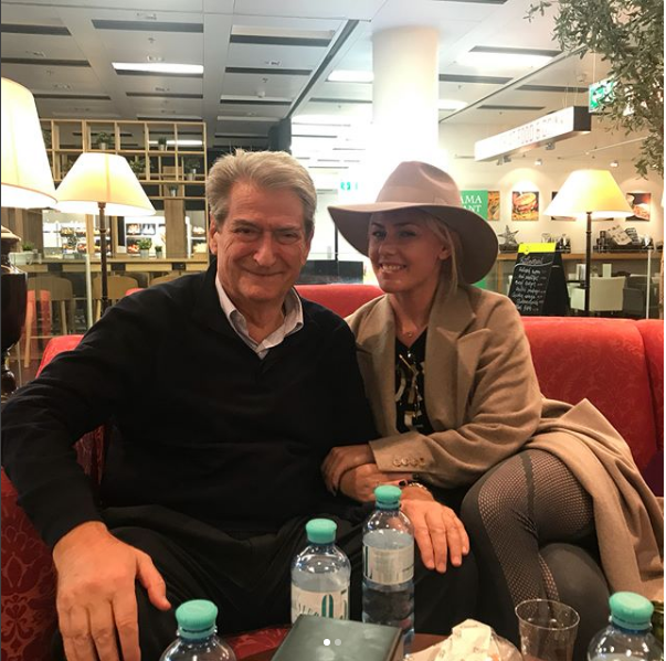 surpriza-e-nje-udhetimi-ish-kryeministri-berisha-ne-krah-te-aktores-shqiptare