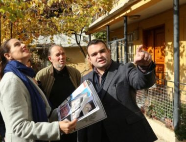 Ministrja-Kumbaro-viziton-shtepine-e-Lasgush-Poradecit-1-600x400