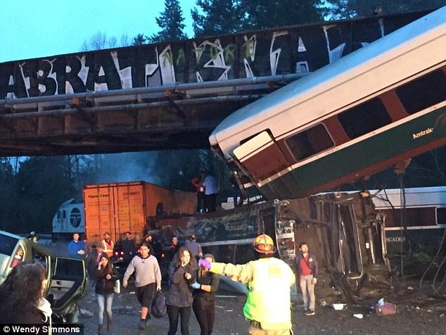 Treni del nga shinat në Washington  raportohet për 3 të vdekur e 77 të plagosur  FOTO VIDEO