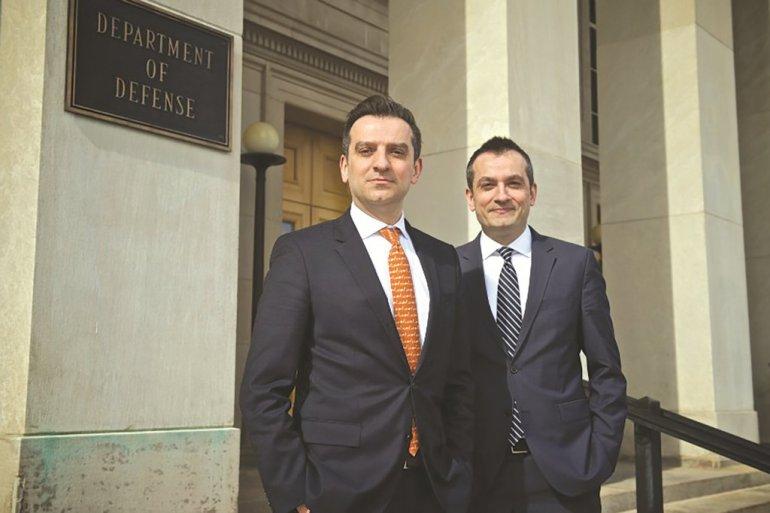 Vëllezërit Ylli (majtas) dhe Ylber (djathtas) Bajraktari jashtë Pentagonit, ku punojnë në politikën e jashtme dhe sigurinë kombëtare për dy zyrtarët kryesorë të Departamentit të Mbrojtjes
