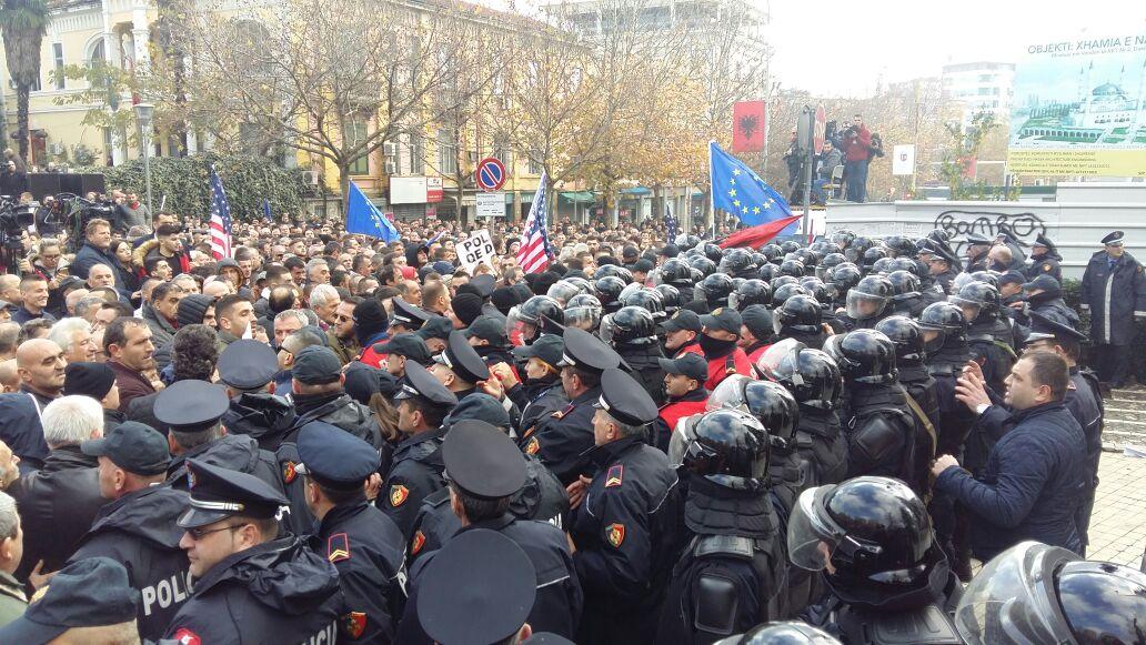 Protesta e opozitës  policia  6 efektivë të lënduar  Po identifikojmë dhunuesit