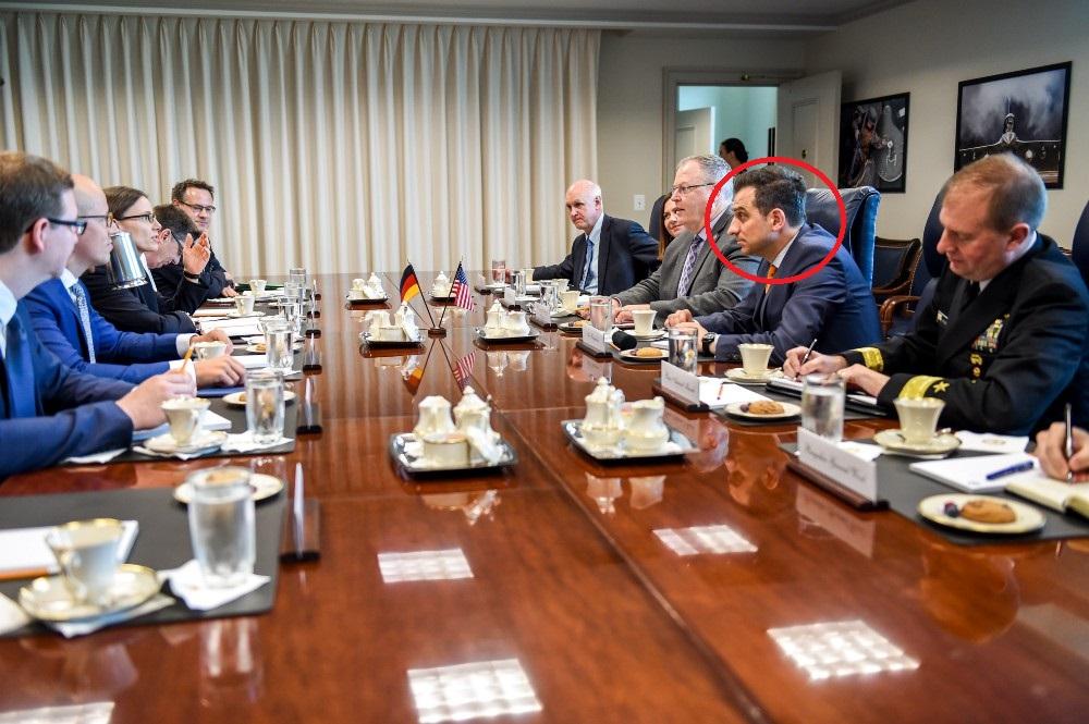 Ylli Bajraktari (i dyti nga e djathta) me Zëvendëssekretarin e Mbrojtjes Robert Work (i treti nga e djathta) në një takim dypalësh me një delegacion gjerman