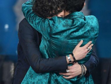 ermal-meta-e-fabrizio-moro-si-abbracciano-dopo-la-vittoria