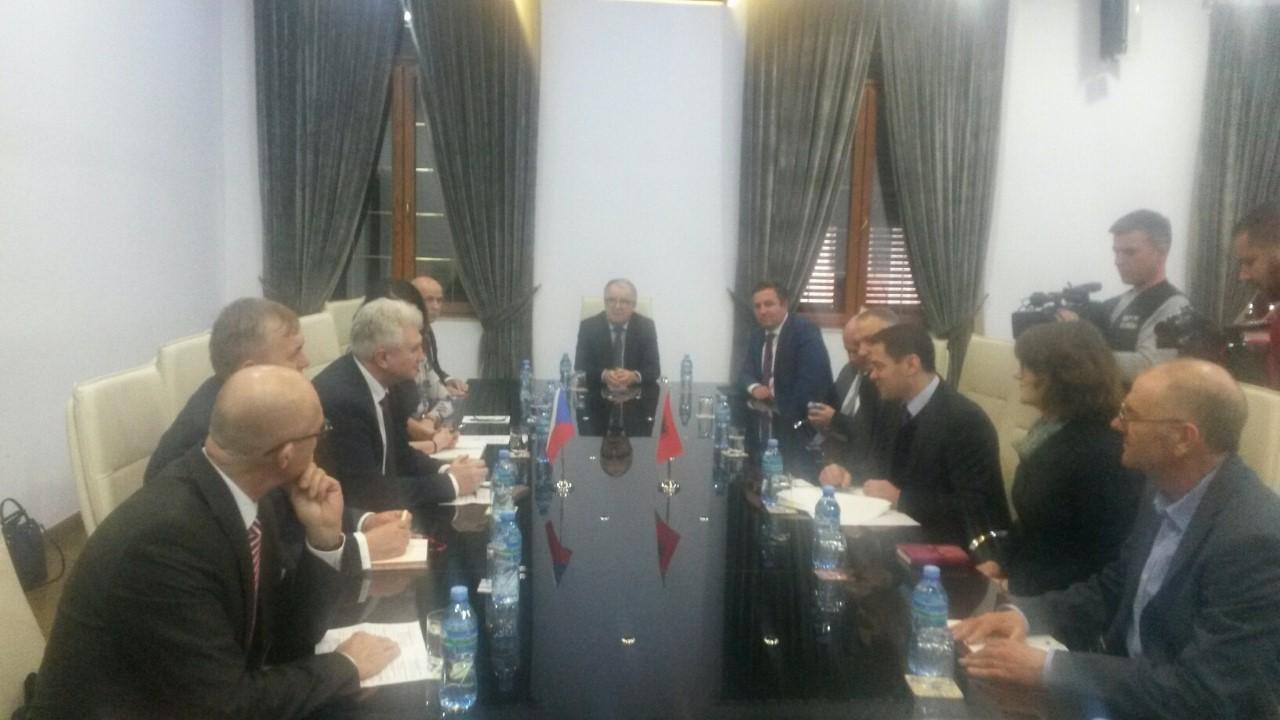 ahmetaj-pret-presidentin-e-senatit-cek-te-rrisim-interesin-e-kompanive-ceke-per-tregun-shqiptar