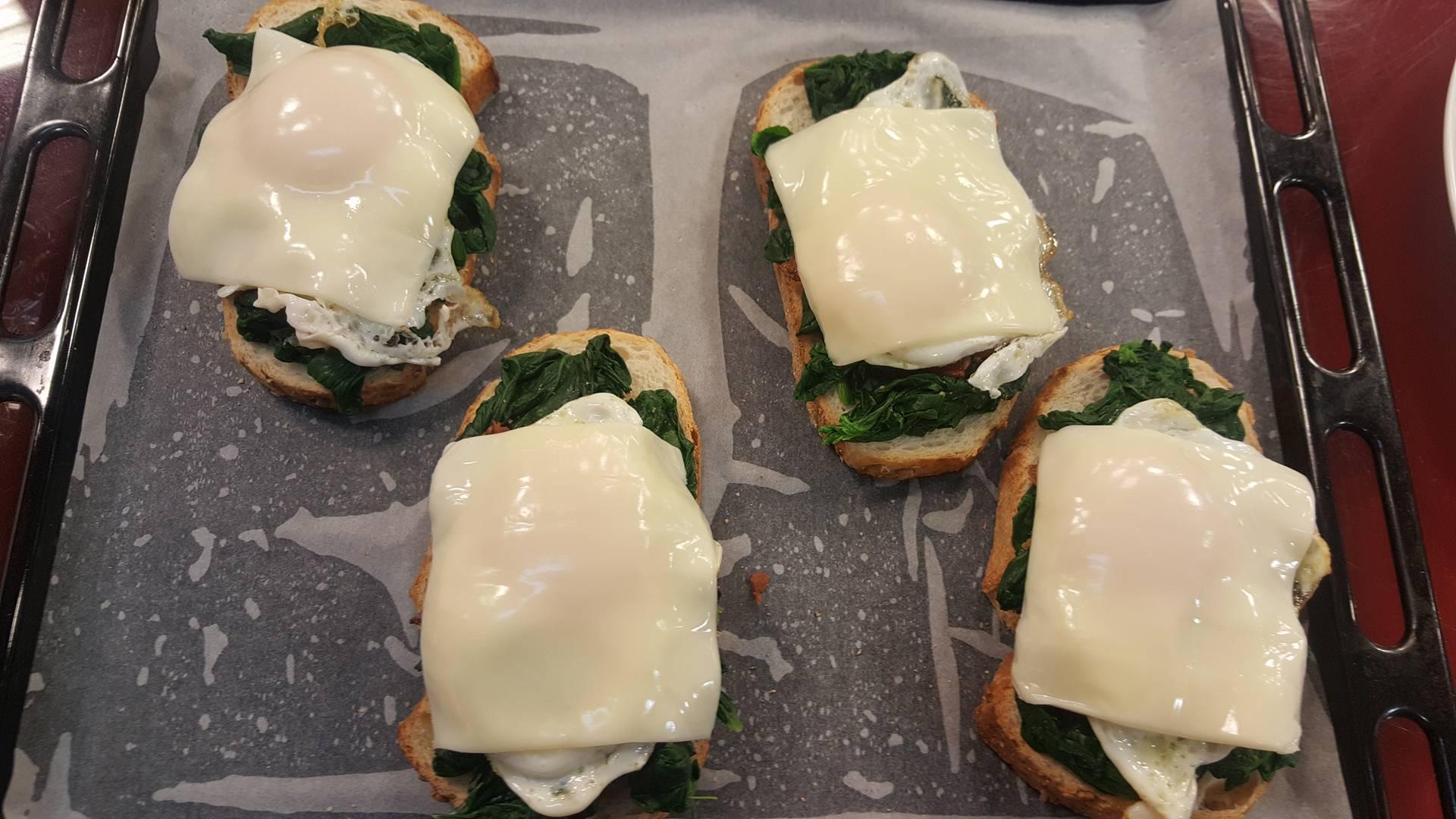 Bukë me spinaq dhe vezë