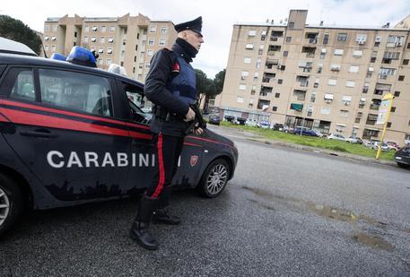 Carabinieri in via Gigliotti nel quartiere di San Basilio durante le operazioni contro la criminalià organizzata, 21 marzo 2018 a Roma. ANSA/MASSIMO PERCOSSI