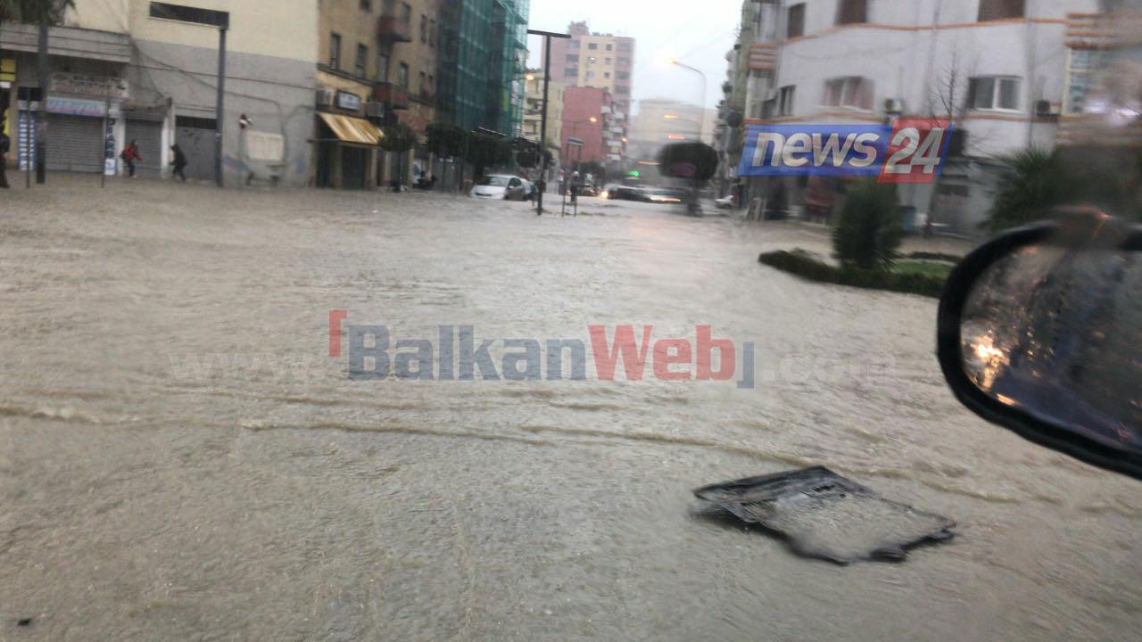 Uji deri në brez   shihni situatën dramatike nga përmbytjet në Durrës  Politikani poston videon