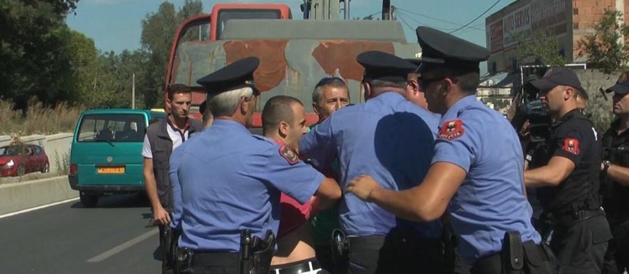 Burri godet policin në Tiranë, qytetarët: Ishte tapë, u zunë për makinën