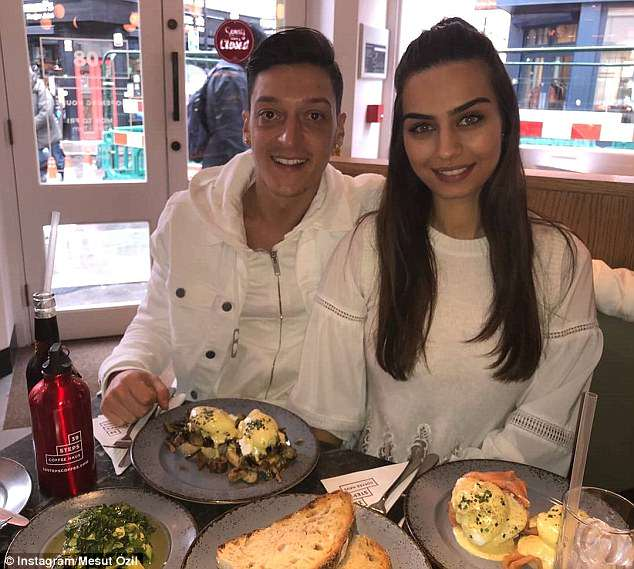 4BB5C54E00000578-5675161-Ozil_was_able_to_stay_in_London_over_the_weekend_to_celebrate_af-a-28_1525109243265
