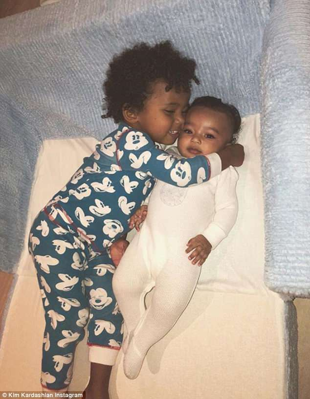 4C887DDD00000578-5758573-Monday_morning_cuddles_Kim_Kardashian_has_shared_a_sweet_picture-m-86_1527007380070