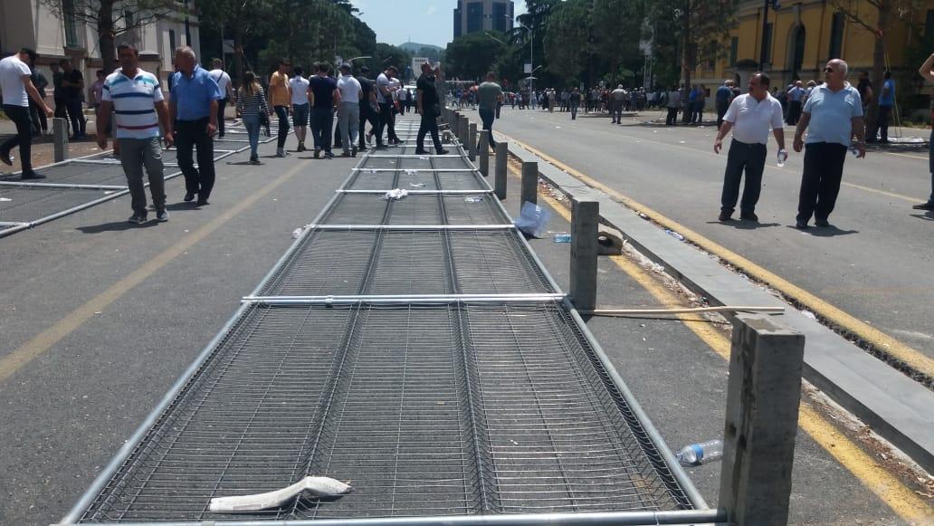 foto-120-minuta-marshim-ja-cfare-lane-pas-protestuesit-e-opozites
