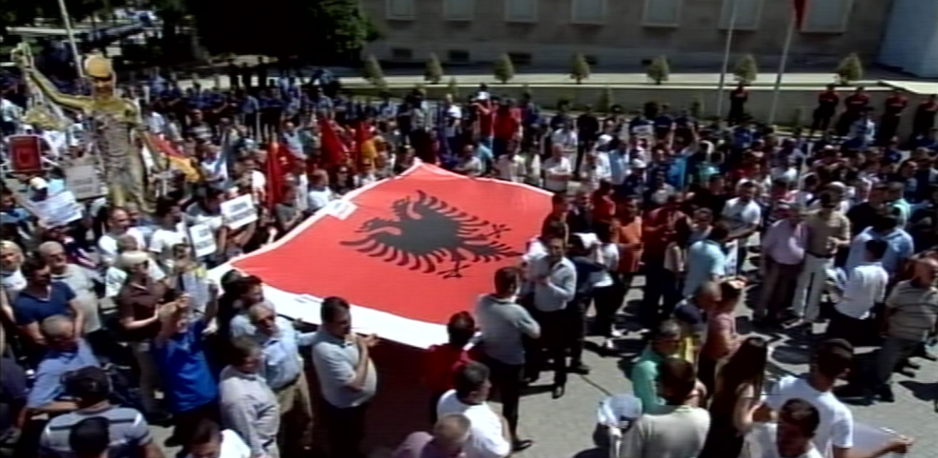 protesta-pd-flamuri.-1jpg