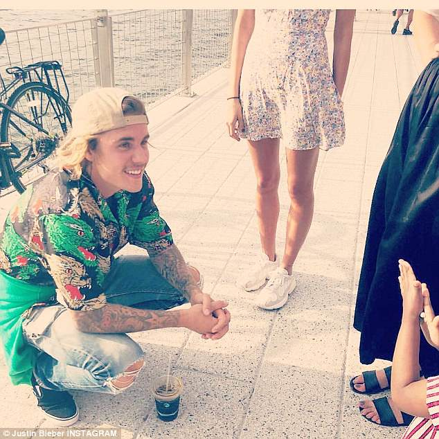 4D56676B00000578-5853945-Life_is_good_Bieber_flashed_a_smile_as_he_enjoyed_a_day_with_his-a-12_1529261046398