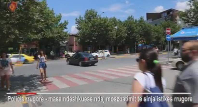 VIDEO  Zgjidhni rrugën më të shkurtër dhe  injoroni  sinjalistikën  Do përfundoni si këta shoferë