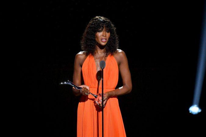 Robe orange de soirée longue col en V plissé Naomi Campbell