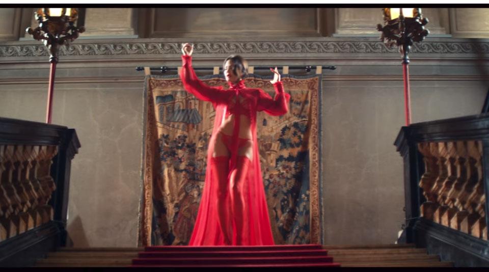 """foto galeri   Me seksi se kurrë/ Bleona Qereti publikon këngën e re """"Monster"""" 4 1"""