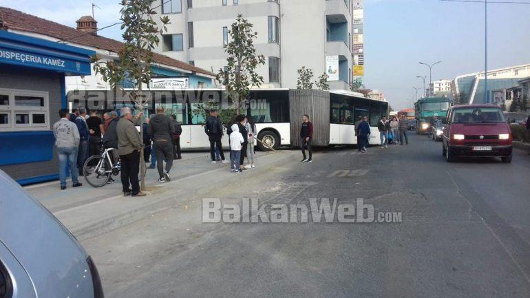 Autobusi Kamzes Del Nga Rruga