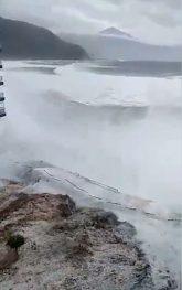 6353288 6403791 The Huge Waves Strike The Apartment Block In Tenerife Where Holi A 21 1542578644627