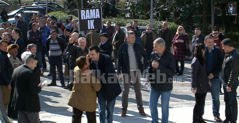 Basha Me Protestuesit