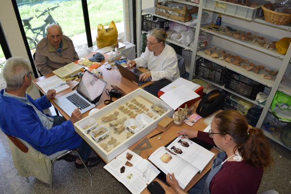 Ekipi Shqiptaro Francez I Arkeologëve Duke Studiuar Objektet E Sanktuarit Të Artemisës. Foto Geri Emiri 600x400