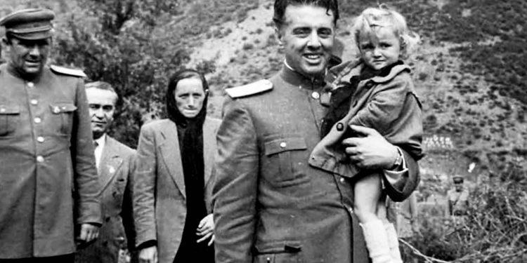 Enver Hoxha Beqir Balluku Dhe Medar Shtylla Se Bashku Me Prinderit E Bardhok Bibes Pak Pas Vrasjes Se Tij Ne Mirdite. 1949.bmp 750x375