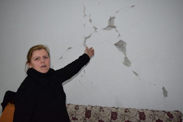 Fllanza Dardha Duke Treguar Për Birn Pasojat Tërmetit Në Garsonieren Ku Banonte Foto Geri Emiri 600x400 (1)