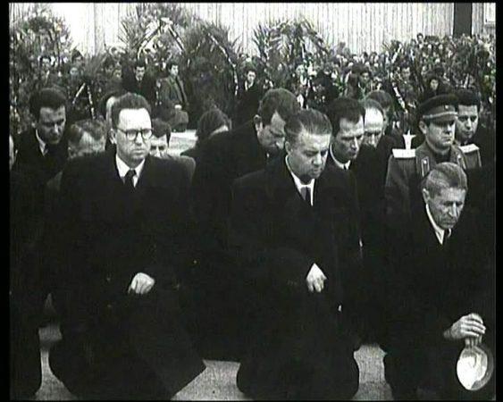 Enver Hoxha Ne Gjunje Per Vdekjen E Stalinit New Image