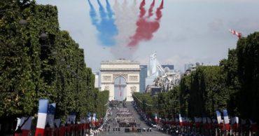 F La Pattuglia Acrobatica Sfila Nei Cieli Di Parigi 8akf 696x365