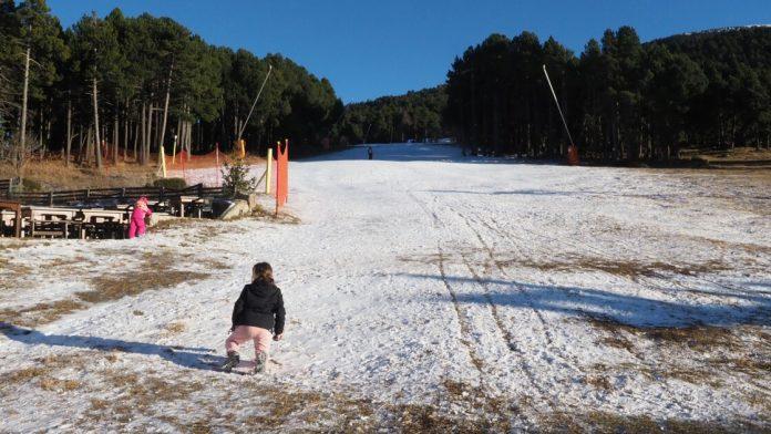 Faute De Neige Debut De Saison De Ski Au Ralenti Dans Les Pyrenees 696x392