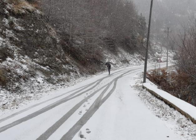 Rënia e ndjeshme e temperaturave, fillojnë reshjet e borës në Dardhë të Korçës, do të përfshijnë zonat malore të juglindjes