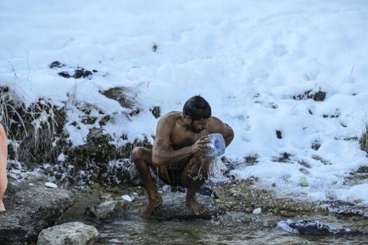Jeta E Përditshme E Migrantëve Në Beh, Larja Në Ujë Të Ftohtë Me Temperatura Nën Zero