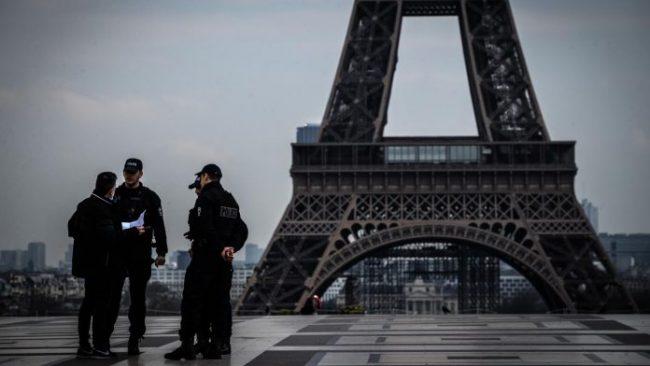 Confinement Coronavirus Police Paris Tour Eiffel 154606 0@1x 696x392
