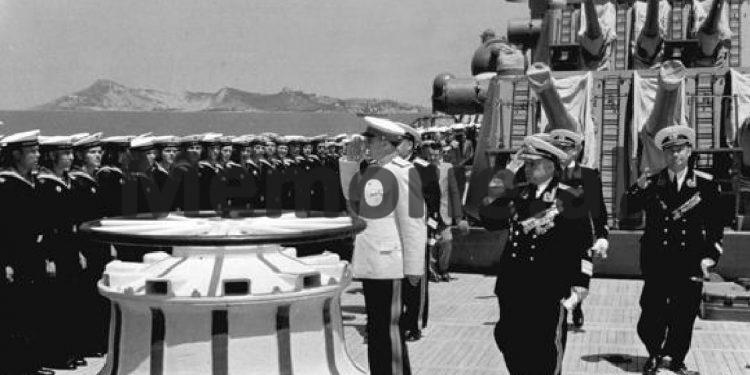 Enver Hoxha Dhe Byroja Politike Duke Pershendetur Admiralin Sergey Gorshkov Ne Bordin E Nje Lufte Anijeje Sovjetike Te Flotes Se Detit Te Zi E Ankoruar Ne Durres. 1954 750x375