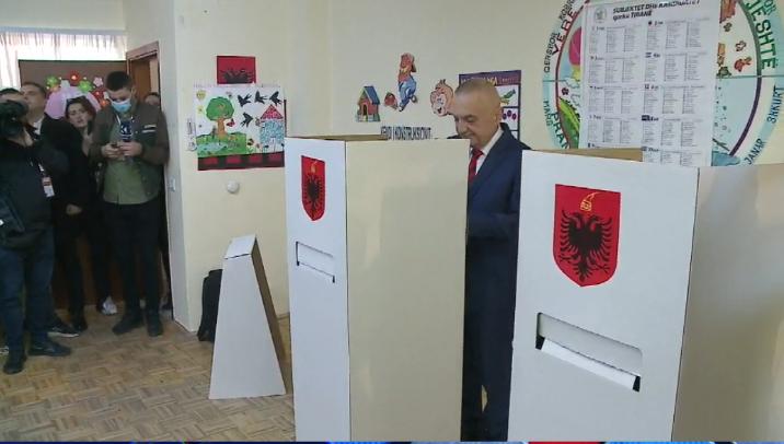 Voton Presidenti Meta dhe përshëndet me dy gishta: Për Kushtetutën, për  demokracinë, për Shqipërinë në Europë (Video) - Balkanweb.com - News24