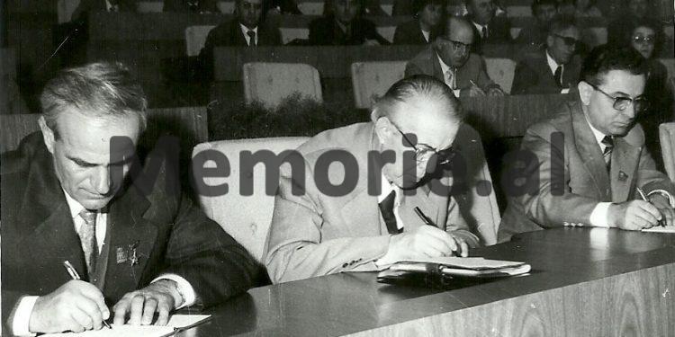 Enver Hoxha Dhe Byroja Politike Duke Marre Shenime Gjate Punimeve Te Kongresit Te Viii Te Ppsh Se. 1981 750x375