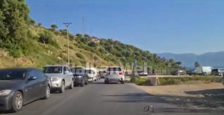 video-radhe-te-gjata-automjetesh-ne-vlore-orikum-trafik-kilometrik-prej-punimeve-ne-rruge