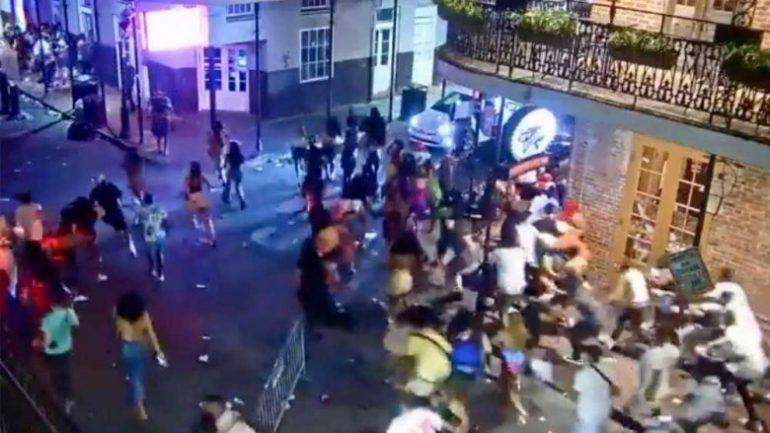 Momente paniku në SHBA  regjistrohen të shtëna armësh në New Orlens  5 të plagosur  Shihni si vrapojnë të alarmuar turistët